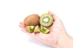 Kiwi in der Hand auf weißem Hintergrund lizenzfreie stockbilder