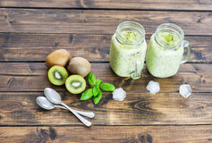 Kiwi Detox Smoothie in zwei Schalen Lizenzfreie Stockfotos