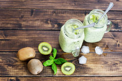 Kiwi Detox Smoothie in zwei Schalen Stockbilder