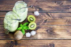 Kiwi Detox Smoothie in zwei Schalen Stockfoto