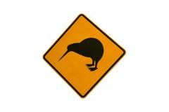 Kiwi die verkeersteken kruisen stock foto