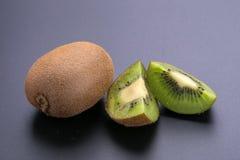 Kiwi e kiwi affettati su un fondo nero Immagini Stock Libere da Diritti