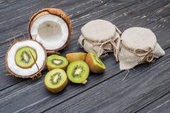 Kiwi e noce di cocco con latte Fotografia Stock Libera da Diritti