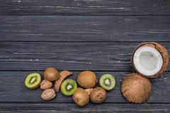Kiwi e noci sulla tavola Fotografia Stock Libera da Diritti