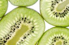 Kiwi in einem Schnittweißhintergrund Stockfoto