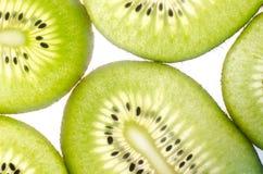 Kiwi in einem Schnittweißhintergrund Lizenzfreie Stockbilder