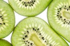 Kiwi in einem Schnittweißhintergrund Lizenzfreie Stockfotos