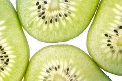 Kiwi in einem Schnittweißhintergrund Lizenzfreie Stockfotografie