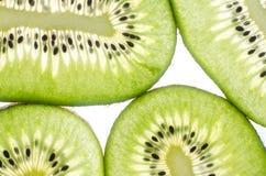 Kiwi in einem Schnittweißhintergrund Stockbild