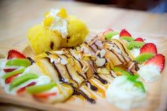 Kiwi en aardbei het ijs omfloerst, gediend op houten plaat Zoet en zacht stock foto