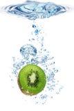 Kiwi en agua Fotografía de archivo libre de regalías
