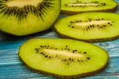 Kiwi en sappige stukken van kiwi Stock Foto