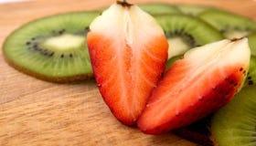 Kiwi et fraises rouges Photos libres de droits