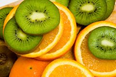 Kiwi et parts oranges Photographie stock libre de droits