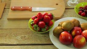 Kiwi för ny frukt, persikor, jordgubbe på en trätabell arkivfilmer