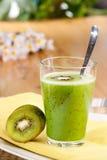 Kiwi-Frucht-Getränk stockfotos