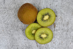 Kiwi fruit on brown wooden background images libres de droits