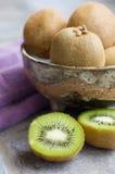 Kiwi Fruit Cut y en cuenco Fotos de archivo libres de regalías