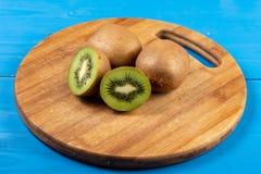 Kiwi Fruit On The Cutting träbräde arkivbild