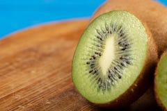Kiwi Fruit On The Cutting tr?br?de royaltyfri fotografi