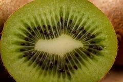 Kiwi Fruit On The Cutting tr?br?de royaltyfri foto