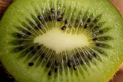 Kiwi Fruit On The Cutting tr?br?de arkivfoton