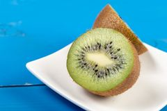 Kiwi Fruit On The Cutting tr?br?de arkivbilder