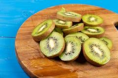 Kiwi Fruit On The Cutting tr?br?de royaltyfri bild