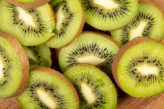 Kiwi Fruit On The Cutting tr?br?de royaltyfria bilder