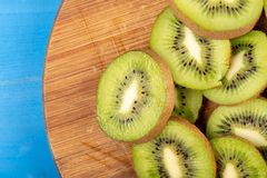Kiwi Fruit On The Cutting tr?br?de arkivbild