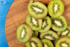Kiwi Fruit On The Cutting tr?br?de fotografering för bildbyråer