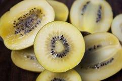 Kiwi Fruit dourado delicioso e fresco fotografia de stock royalty free