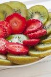 Kiwi Fruit e fragole su bianco Fotografia Stock Libera da Diritti