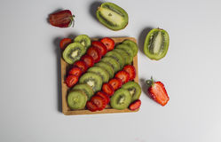 Kiwi Fruit e fragole su bianco Immagini Stock Libere da Diritti