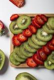 Kiwi Fruit e fragole su bianco Fotografie Stock Libere da Diritti