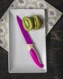 Kiwi Fruit en het fuchsiakleurig mes, sluiten omhoog Stock Foto's