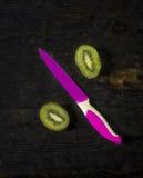 Kiwi Fruit en het fuchsiakleurig mes, sluiten omhoog Stock Foto