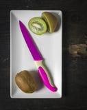 Kiwi Fruit en het fuchsiakleurig mes, sluiten omhoog Royalty-vrije Stock Afbeeldingen