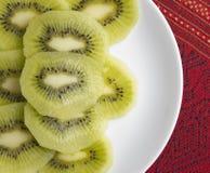 Kiwi Fruit Slice sul piatto bianco fotografie stock libere da diritti