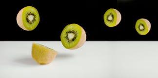 Kiwi Fruit Sliced e volo Fotografia Stock Libera da Diritti