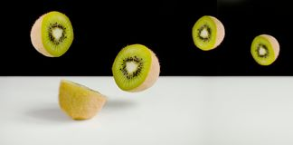 Kiwi Fruit Sliced e voo Foto de Stock Royalty Free