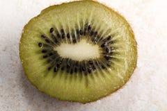 Kiwi Fruit Sliced In Half en tabla de cortar de la teja imágenes de archivo libres de regalías