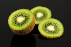 Kiwi Fruit Slices no fundo preto Foto de Stock Royalty Free