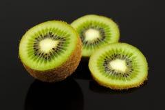 Kiwi Fruit Slices su fondo nero Fotografia Stock Libera da Diritti