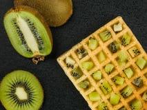 Kiwi Fruit su una cialda tostata Fotografia Stock Libera da Diritti