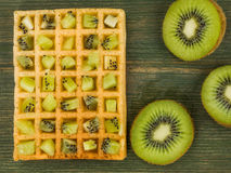 Kiwi Fruit su una cialda tostata Fotografie Stock Libere da Diritti