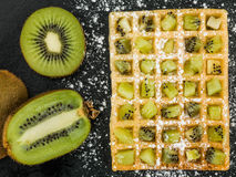 Kiwi Fruit su una cialda tostata Fotografia Stock