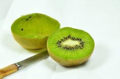 Kiwi Fruits diviso in due Fotografia Stock