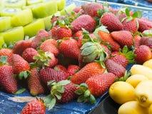 Kiwi Fruits frais et fruits frais de fraise Images libres de droits