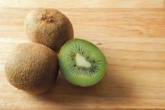 Kiwi Fruits fresco em uma placa de madeira Imagens de Stock Royalty Free